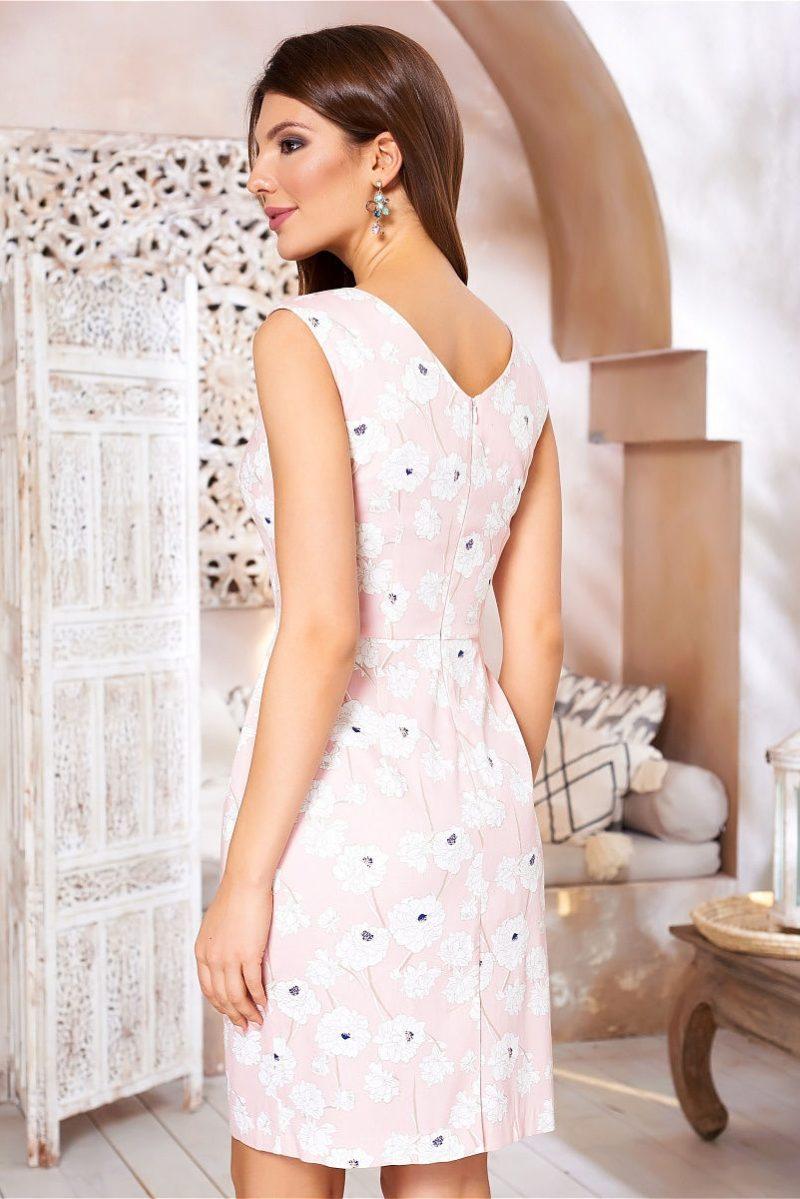 Светло-розовое платье-футляр с цветочным принтом и защипами на талии vv52059pk-3