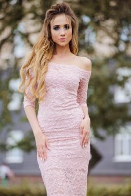 Пудровое гипюровое платье длины миди с открытыми плечами заказать в интернет-магазине