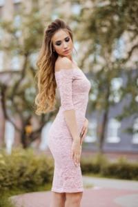 Пудровое гипюровое платье длины миди с открытыми плечами с примеркой
