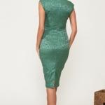 Светло-зеленое платье-футляр из жаккарда с вырезом на груди vv51664gr-3