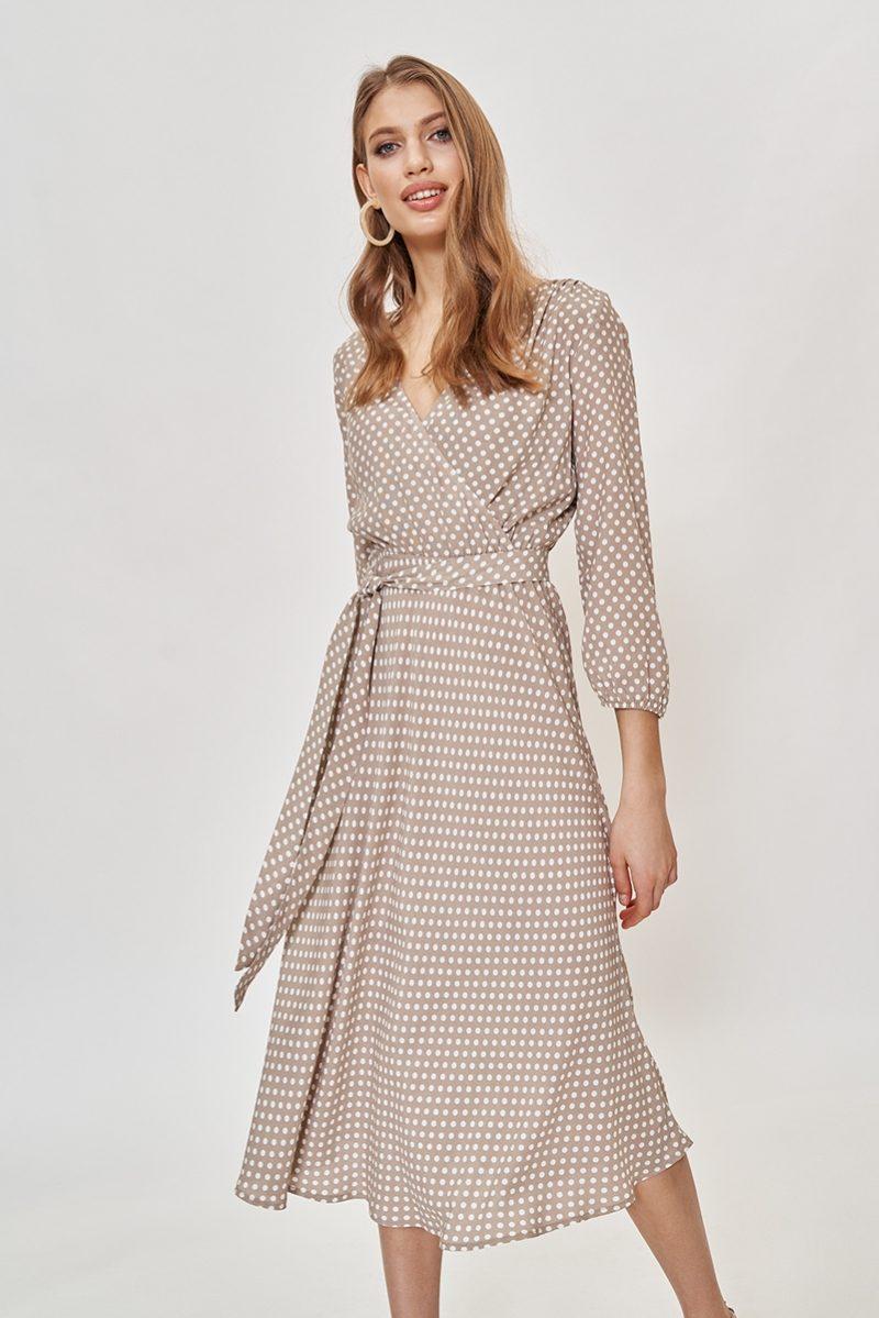 Бежевое платье в горошек из вискозы длины миди с глубоким вырезом купить в интернет-магазине