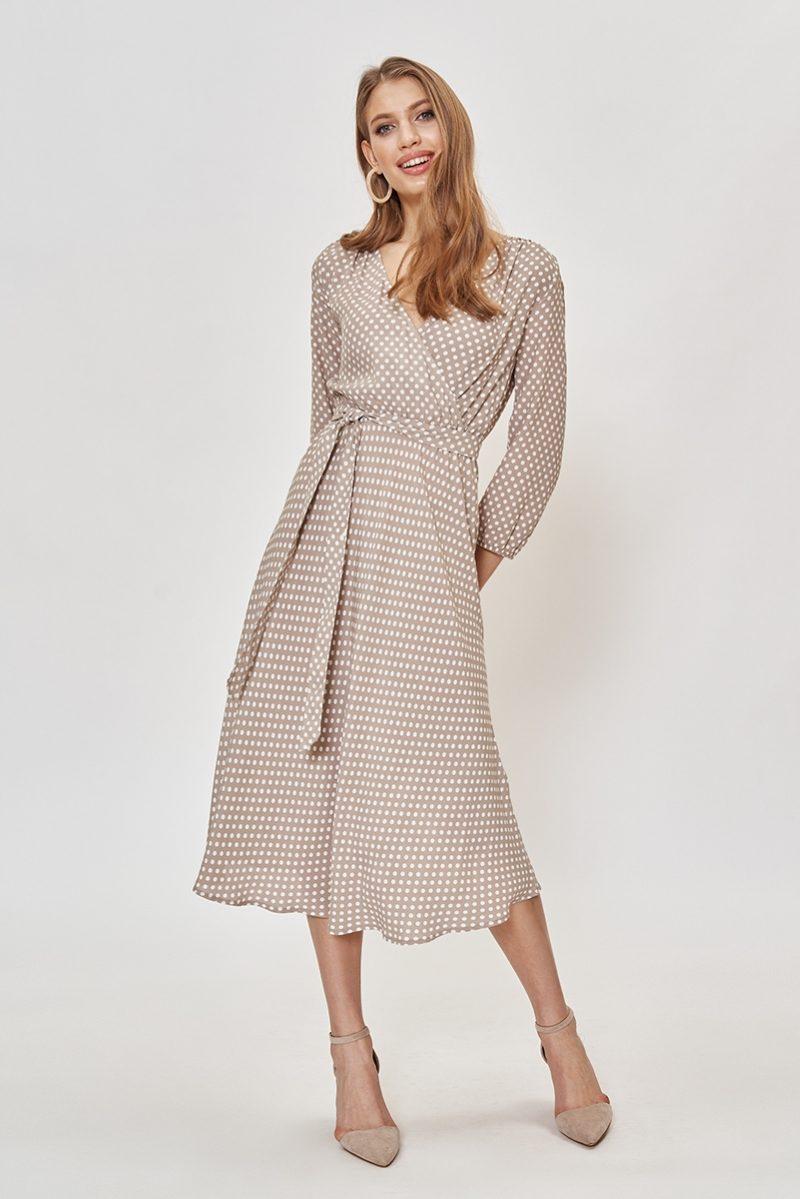 Бежевое платье в горошек из вискозы длины миди с глубоким вырезом заказать с примеркой