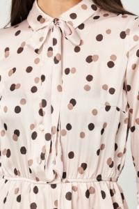 Заказать онлайн Бежевое платье в горошек с отложным воротником и рукавами 3/4 с примеркой