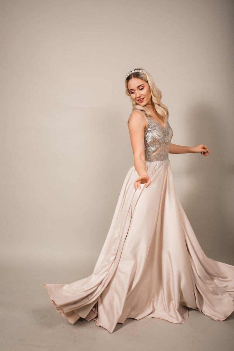 Бежевое вечернее платье платье из атласа с серебристым верхом заказать с примеркой