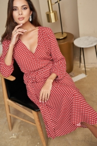 Купить Красное платье в горошек из вискозы длины миди с глубоким вырезом с примеркой и доставкой