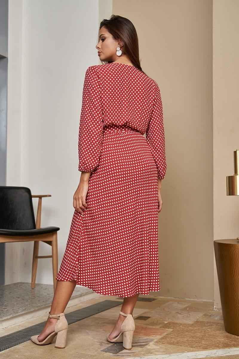 Заказать онлайн Красное платье в горошек из вискозы длины миди с глубоким вырезом с примеркой