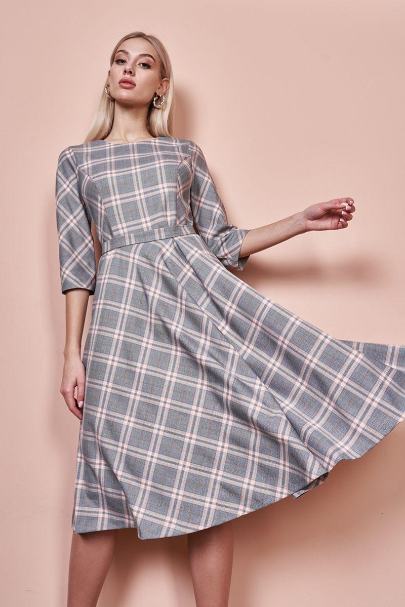 Серое платье миди с принтом в клетку и расклешенной юбкой купить в интернет-магазине