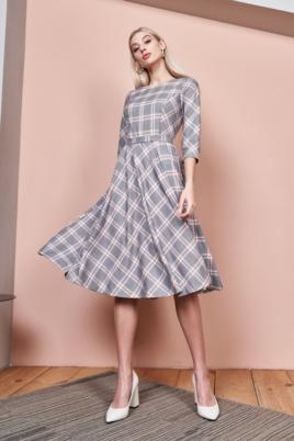 Серое платье миди с принтом в клетку и расклешенной юбкой купить с примеркой