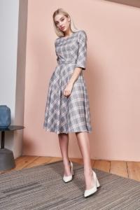 Серое платье миди с принтом в клетку и расклешенной юбкой с бесплатной доставкой