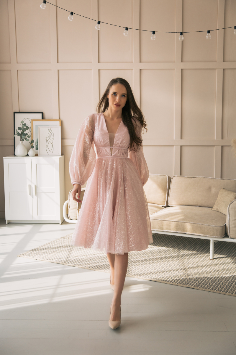 Пудровое платье миди с пышной юбкой и длинными рукавами купить в интернет-магазине