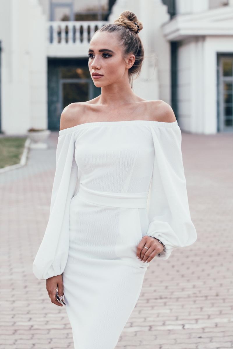 Белое платье миди с открытыми плечами и пышными рукавами на свадьбу в интернет-магазине