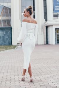 Белое платье на свадьбу миди с открытыми плечами и пышными рукавами
