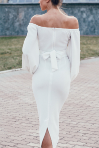 Белое платье миди с открытыми плечами и пышными рукавами