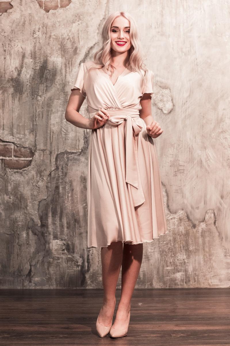 Бежевое платье в греческом стиле из шелка длины миди купить в интернет-магазине