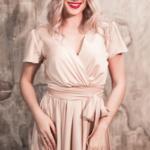 Бежевое платье в греческом стиле из шелка длины миди 3