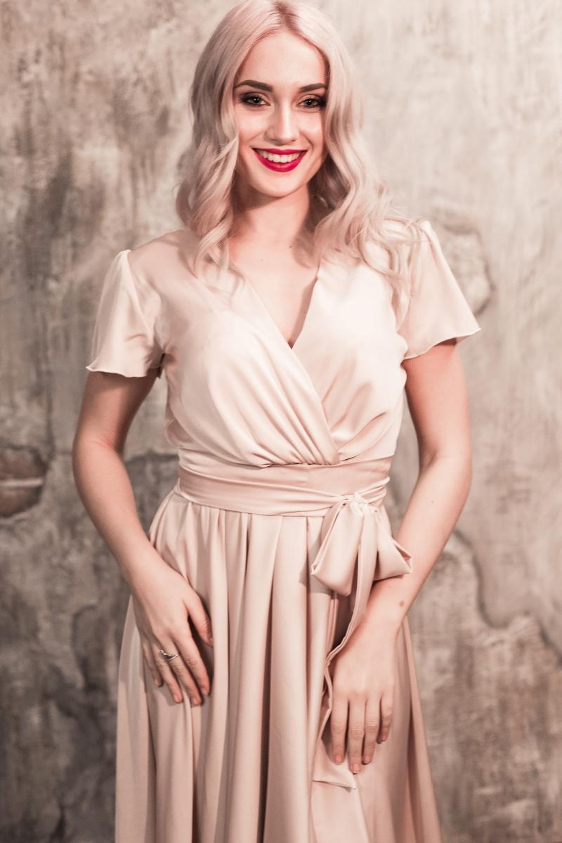 Бежевое платье в греческом стиле из шелка длины миди с бесплатной доставкой купить