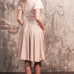 Бежевое платье в греческом стиле из шелка длины миди 5