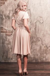 Бежевое платье в греческом стиле из шелка длины миди